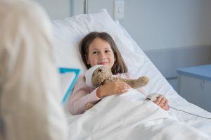 Ung jente i sykehusseng.
