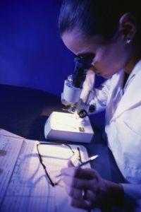 Kvinne med mikroskop.